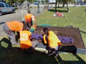 BATA prepara los jardines de O Grove  conmemorando el Día Internacional LGTBI